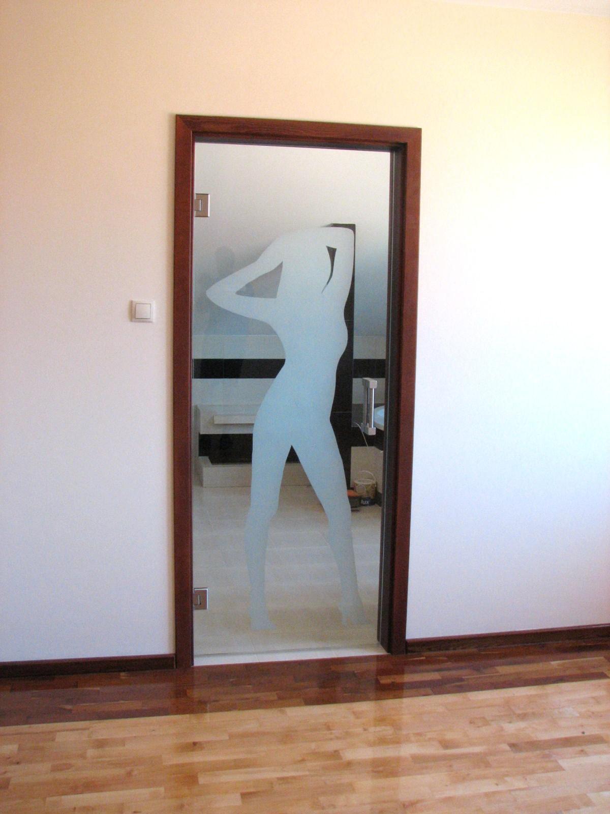 Szklane drzwi z grawerem sylwetki kobiety